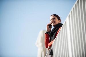 lachende vrouw op een terras foto