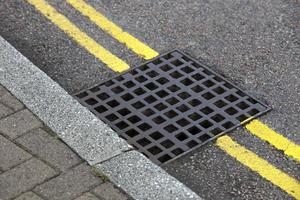 straatafvoer over dubbele gele lijn foto