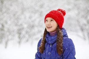 meisje in de winter. tiener buitenshuis foto