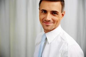 gelukkig knappe zakenman in wit overhemd foto