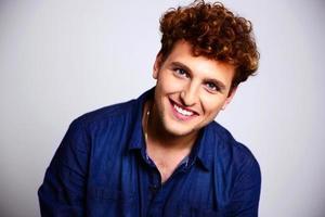 portret van een gelukkig man in blauw shirt