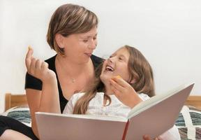 moeder en dochter met boek foto