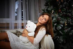 lachende vrouw in jurk op kerstboom achtergrond
