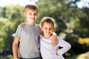 zus en broer buitenshuis foto