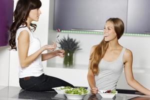 twee vrienden die salade maken foto