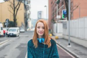 mooi meisje poseren in de straten van de stad foto