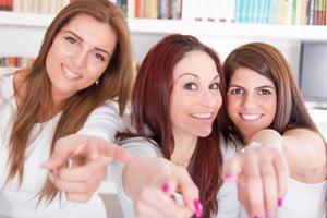 meisjes wijzen met je vingers naar je keuze met een glimlach
