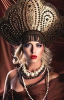 Russische schoonheid. aantrekkelijke vrouw draagt kokoshnik. foto