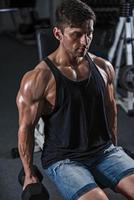bodybuilder in de sportschool foto