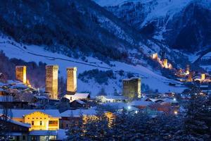stenen svaneti torens met verlichting in het bergdorpje mestia foto