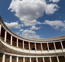 renaissancepaleis van carlos v, alhambra, granada, spanje foto