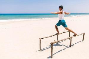 fitness man op het strand foto