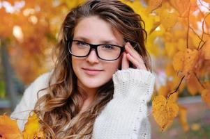 portret van mooie vrouw mode bril dragen in het najaar