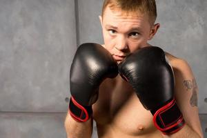 bokser met zijn gehandschoende vuisten verdedigend omhoog foto