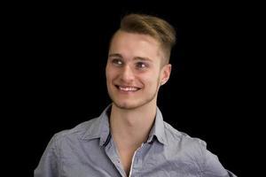aantrekkelijke blonde, blauwe ogen jonge man die lacht foto