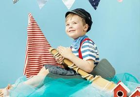 portret van een kleine schattige zeeman foto