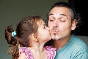 het meisje kuste haar vader foto