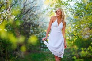 jonge vrouw wandelen in de lentetuin foto