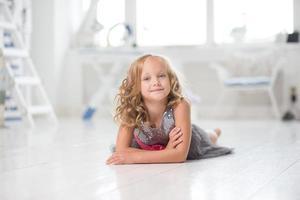 schattig klein meisje in haar kamer foto