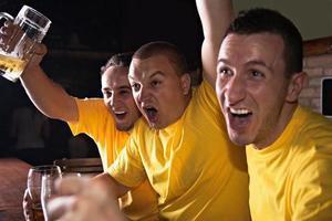 sportfans in pub foto