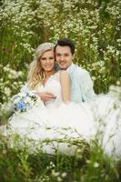 bruid en bruidegom op het gras foto