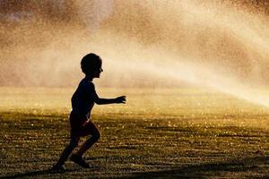 jongen in het park foto