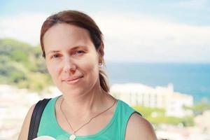 jonge blanke vrouw in groen shirt foto