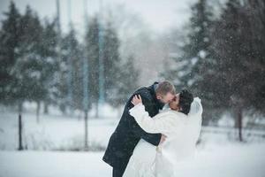 bruid en bruidegom lopen foto