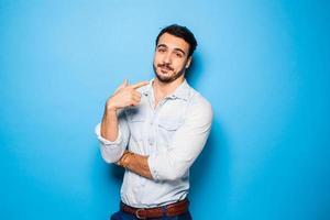 knappe volwassen en mannelijke man op een blauwe achtergrond foto