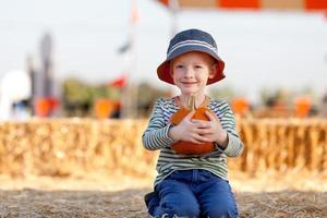 kind bij pompoen patch foto