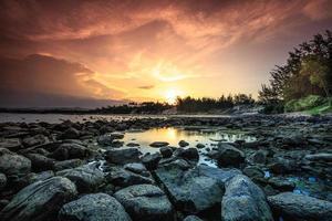 rotsachtige kust in phu yen, vietnam foto