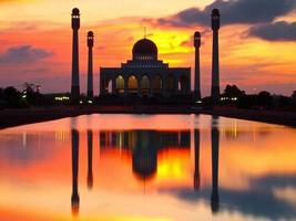 moskee in zonsondergangscène foto