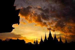oud Thais tempelsilhouet op de hemelachtergrond van de schemering foto