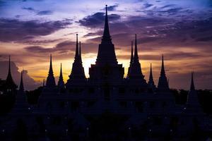 silhouet van een tempel in de schemering foto