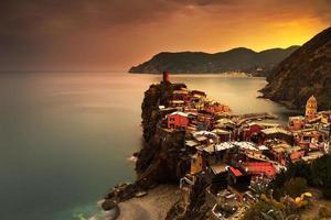 Vernazza dorp, luchtfoto op rode zonsondergang. cinque terre, ligur