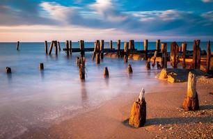lange blootstelling bij zonsondergang van pier palen, cape mei, nj