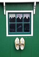 groene huizen in het zaanse schans museum foto