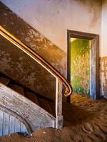 oude trap in verlaten huis van Namibian kolmanskop spookstad foto