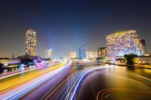 nacht licht verkeer op chao phraya rivier, bangkok, thailand. foto