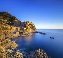 Manarola dorp, rotsen en zee bij zonsondergang. cinque terre, Italië