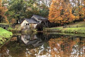 rustieke korenmolen in de herfst foto