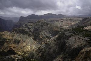 storm over groene berg foto