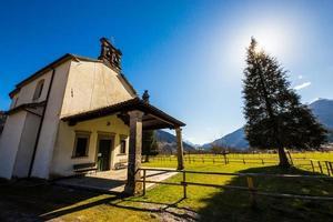 kerk in de weiden van de Alpen foto