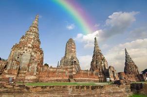 oude pagode met bewolkte hemel en regenboog in Thailand foto