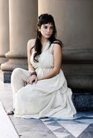 het fijne jonge meisje met een lichte jurk. Romaanse stijl foto