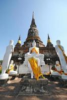 groep het standbeeld van Boedha met pagode, wat yai chaimongkol, Thailand foto