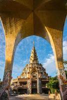 tempel gebouwd van het oude serviesgoed. foto