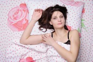 mooi meisje is wakker in bed foto