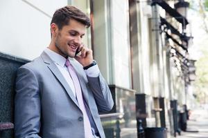 zakenman praten aan de telefoon foto