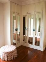het interieur van spiegelkast met weerspiegeling van de achtergrond